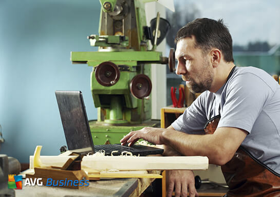 Hombre con equipo portátil AVG Business