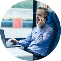 Gambar berlingkaran berisi seorang pria sedang menggunakan laptop