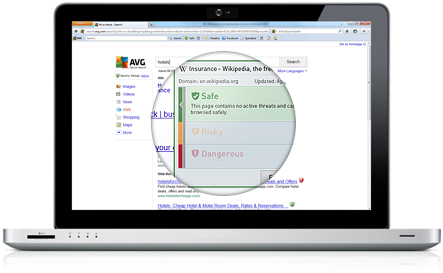 Portátil branco com interface do Secure Search com resultados de pesquisa sob uma lupa