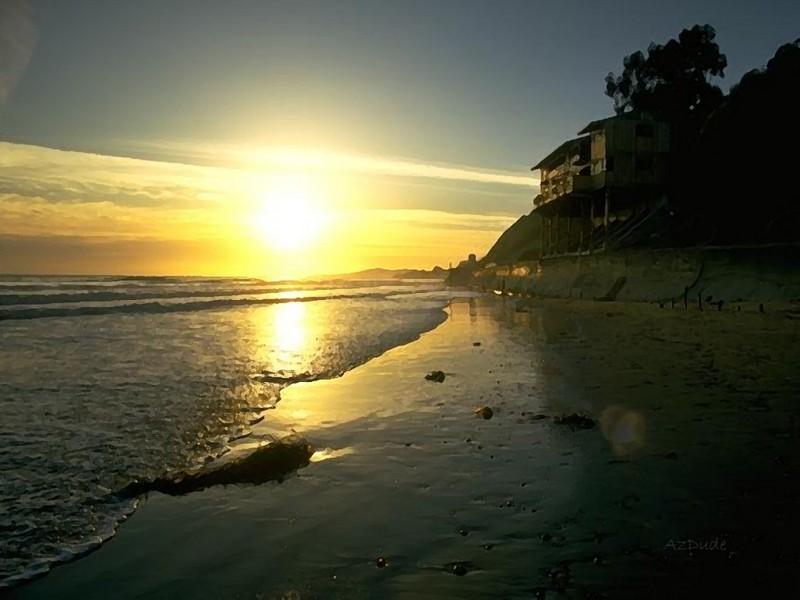 Пляжный домик на фоне заката