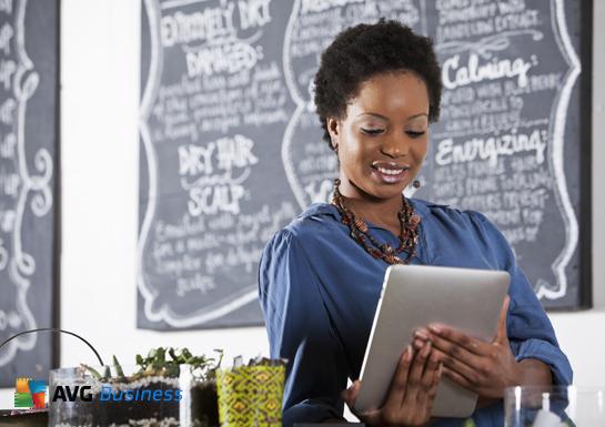 Orang dengan komputer riba AVG Business