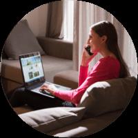 Imagen redonda de una mujer joven con una computadora portátil