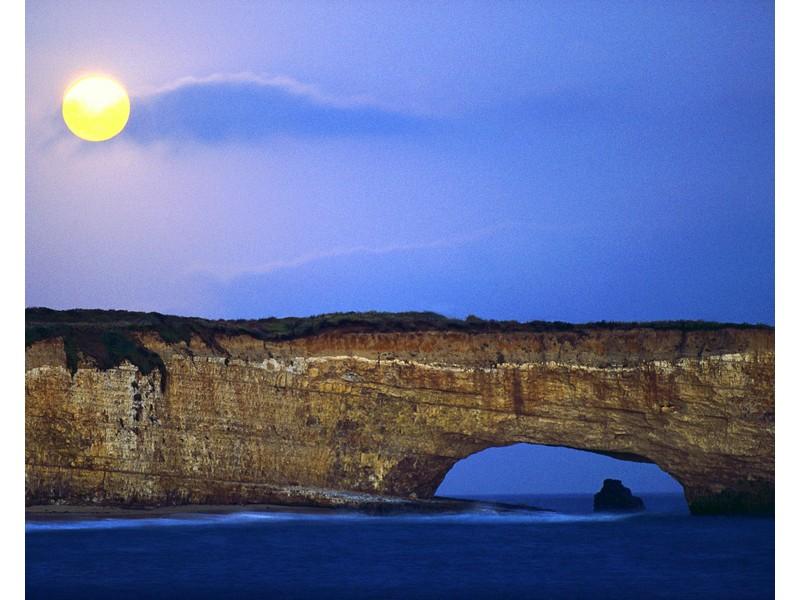 Восход луны над скалистым берегом